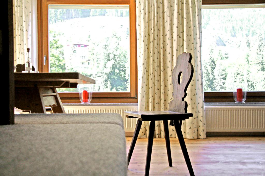 Fensterfront und Ausblick von der Essecke in der Wohnung Graukogel im Chalet KWP3